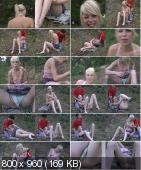 Блондиночка на травке раздвигает ножки