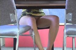 Под юбкой и под столом порно